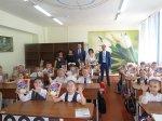 Школьные дневники получили ученики от Игоря Николаева